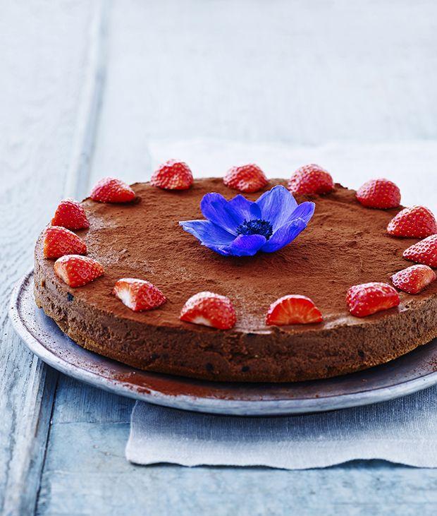 Ikke alle kager skal bages! Her får du en lækker chokoladekage, som ikke skal have nogen som helst varmegrader - blot en tur i køleskabet.