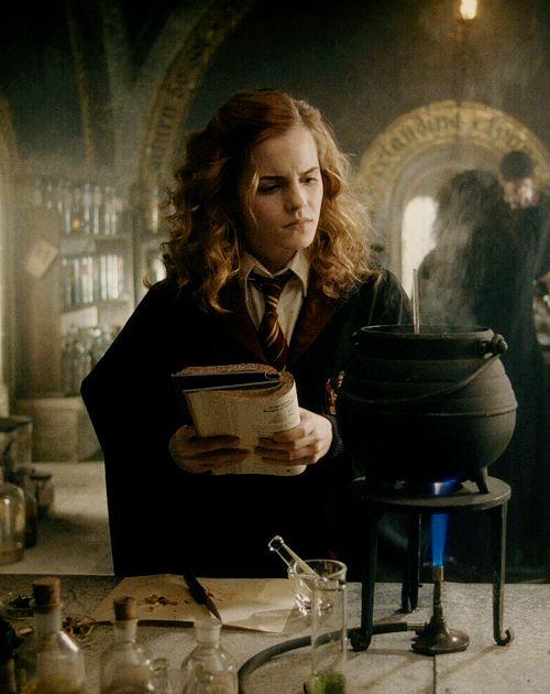 Dit is Hermeline Griffel, ze is een goede vriendin van Harry Potter. Op deze foto probeert ze een drank te maken tijdens haar toverdrankenles.
