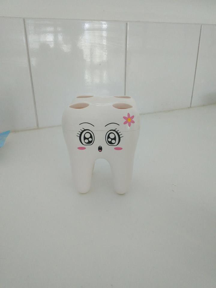 """Ξέρετε πως μπορεί να φτιάξει η μέρα μας; - ακούγοντας ότι ένας ασθενής είχε μια ευχάριστη εμπειρία στο οδοντιατρείο μας!! Ένας τέτοιος ασθενής έστειλε αυτό το πολύ όμορφο δόντι στην γιατρό μας με μια κάρτα που έλεγε: """"Σας ευχαριστώ που απαντήσατε με υπομονή στις άπειρες ερωτήσεις μου, φροντίσατε τα δόντια μου και με κάνατε να χαμογελώ και πάλι! """"  Με τη σειρά μας, σας ευχαριστούμε απο καρδιάς για την εμπιστοσύνη σας. Ευχόμαστε άπειρα χαμόγελα. E-Dentistry"""