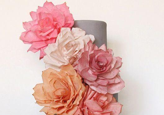 家にあるコーヒーフィルターを活用して、本物みたいにキレイなバラの花の造花を手作りしてみませんか?花瓶に生けて、食卓や玄関の卓上に飾るだけで、お部屋が華やかになりますよ。また、リメイクして花束にしたり、パーティーの飾り付けに使うのもおすすめです。本物のお花と違って水やりなどの手入れが必要なく、一度作ればずっと飾っていられるのでラクチンですよ♪コーヒーフィルターを使った造花の作り方をご紹介します♪