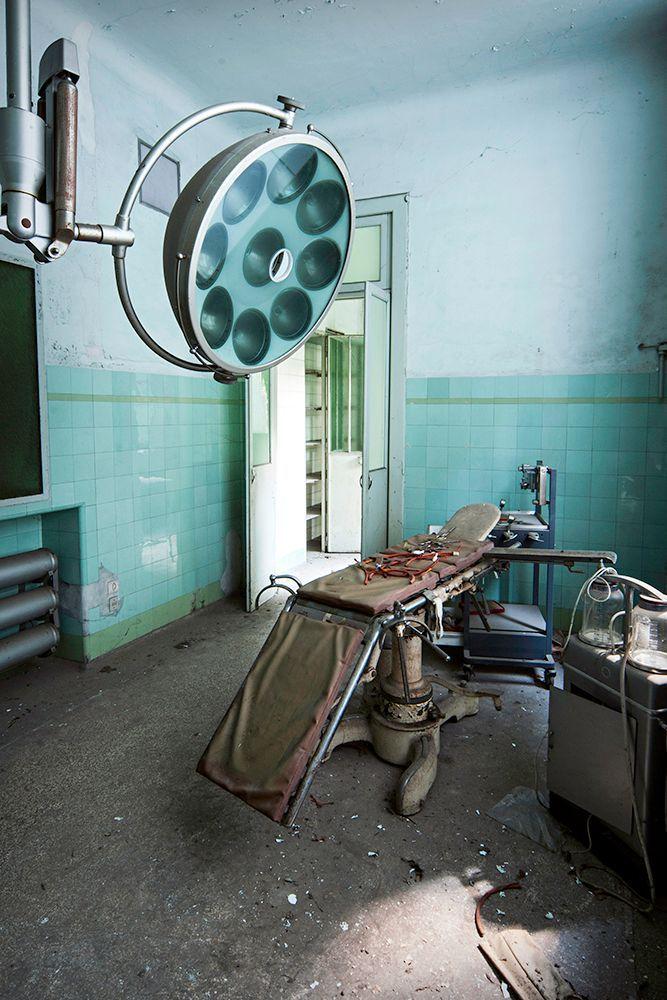 Questi scenari non sono il set di un film horror, ma foto di alcuni manicomi italiani ormai abbandonati. Da brividi.