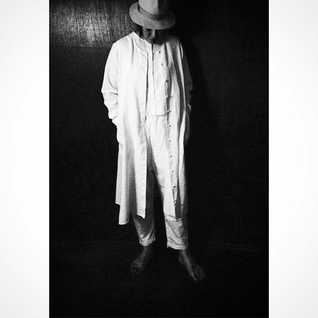 white×black  新作の 白ワンピースコートベスト付き 白イージーサルエルパンツ ロングシャツブラウスやワンピースのインナーにも相性が抜群の裾細めのサルエルパンツ。チクチク的ワーカーズファッションでも紹介しましたが、なぜか履くと感嘆詞が出るパンツです。ベストのみボタンして着用したパターン。 三通りの着用楽しめる優れもの。  1階  展示スペース 2階  カフェスペース  ランチ・ドリンク  要予約  ケーキ・焼き菓子  もなか屋  #senkiya#tetote #あたらしい日常料理ふじわら  #おひるとおやつの時間ひつじ座 #リネンワンピース #サルエルパンツ #fudoki#菓子屋ここのつ #モデルにお嫁ちゃんchicuchicu5.31