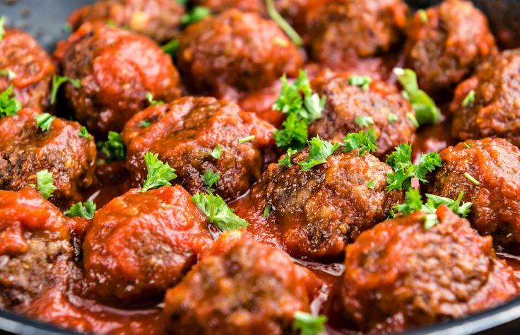 Chifteluțe poți face în câte și mai câte feluri. Dar dacă le faci pe astea, îți garantez că vor deveni instant preferatele tale, datorită combinației simple dar de succes de condimente folosite. Fă niște delicioase chifteluțe italienești, în 2 pași simpli, scăldate în sos marinara delicios, după rețeta asta ușoară. Într-un castron mare, combină carnea …