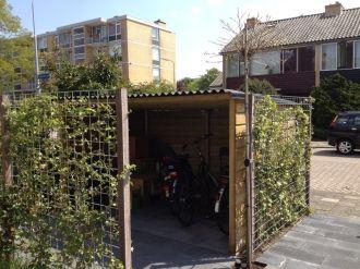 Nederveentuinen levert kant en klare of op maat gemaakte fietsoverkappingen. Omgeven door groen#fietsenstalling #hovenier Badhoevedorp