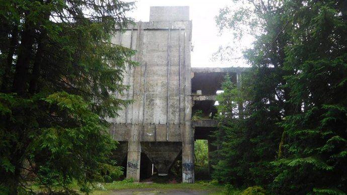 Jestli hledáte zajímavý cíl pro výlety, zajeďte si do okolí městečka Přebuz v Krušných horách. Kromě nádherné horské přírody je tam možné narazit na pozůstatky bývalých cínových dolů a zpracovatelských závodů z druhé světové války. Pohled na mohutné betonové stavby uprostřed hlubokých lesů je skutečně impozantní, navíc opuštěné areály jsou volně přístupné.
