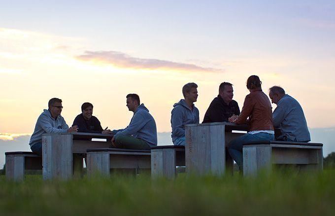 Die festen Polster bieten Ihren Gästen jederzeit optimale Bequemlichkeit. Geben Sie noch heute Ihre neue 6er Sitzgruppe in Auftrag und werten Sie Ihren gastronomischen Outdoorbereich mit Vollholzmöbeln von WITTEKIND auf.