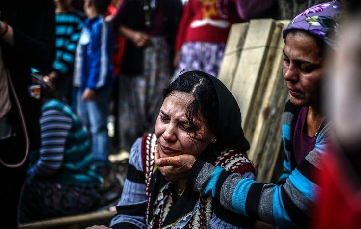 Une femme lors d'une cérémonie en mémoire des victimes de l'accident minier en Turquie, à Soma (ouest)
