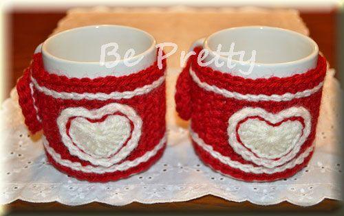 Canecas com capinhas românticas em crochet para o dia dos namorados.  Romantic crochet mug cozies for Valentine´s day. #mugcozy #crochet #valentines #diadosnamorados