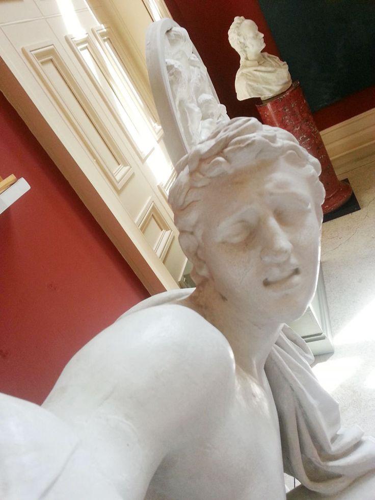 #statueselfie #museumselfie cf. http://www.huffingtonpost.com/2014/08/15/statue-selfies_n_5680374.html