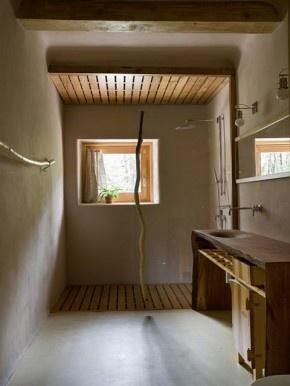 Houten vlonder in douche, leem op de muren
