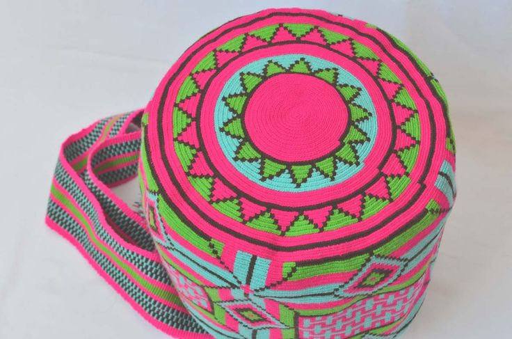 MOCHILA WAYUU – Medium-Sized Shoulder Bag. Created with acrylic colored cotton threads by a woman from the Wayuu Tribe. Design is typical of this ethnic group. www.colombiart.co