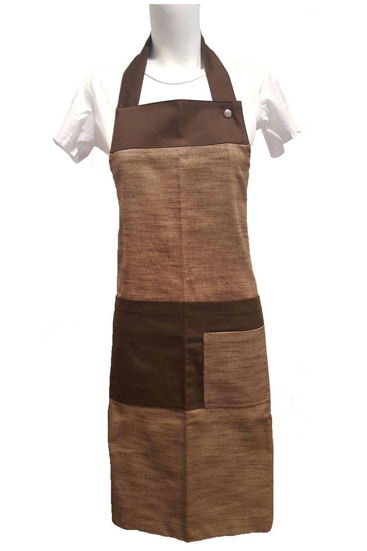 Delantal con peto recto Natural de Artel. Tiene un generoso bolsillo central partido contrastado en color marrón liso y un bolsillo más pequeño superpuesto. Mide 84cm de largo x 69cm de ancho. Se ajusta mediante cierres y sus cintas miden 3,5cm de ancho. ¡Ideal para dar un toque natural o rústico a tu local! asUniformes #RopaLaboral #UniformesDeTrabajo #VestuarioOnline #Artel