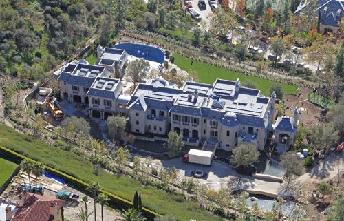Model Gisele Bundchen and footballer Tom Brady have indeed been largely famous in their own fields of work, and it seems that a lot of style statement of the pair, is now going to be on display at their $ 20 million eco-friendly mansion. Facing completion as a project, this 22,000 sq ft palace will have multiple luxurious amenities like wine cellar, 8 bedrooms, swimming pool and spa, and also a weight training room where Tom can train before his games on the field.