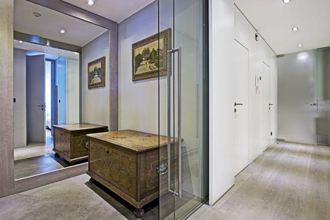 Prosklené plochy se objevují v interiéru často. Skleněné posuvné dveře oddělují i vstupní chodbu