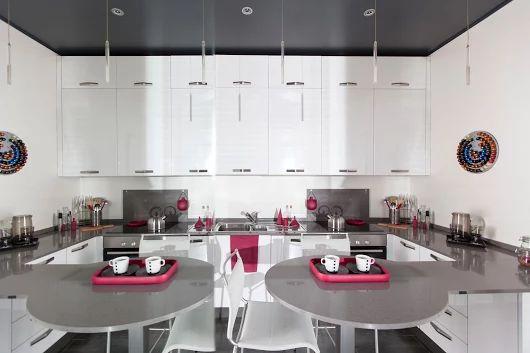 Mobili fatti su misura per una cucina davvero grintosa. Per aumentare visivamente il volume dell'ambiente abbiamo optato per una finitura delle ante bianco traffico lucido. #Semprelegno #falegnameria #Arredamento #mobili #sumisura #design #cucinamoderna #zonapranzo #colazione #mobile #design #furniture #custom #bespoke #tailored #fitted #designfurniture #diningroom #kitchen #kitchenfurniture #designkitchen #interiordesign #interiors #homedecorating #instadecor #instadesign #MadeinItaly