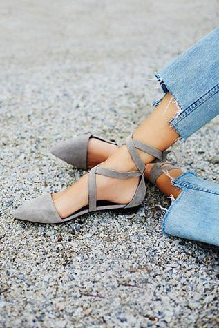 La gamuza es una tela que ha estado de moda en los estantes esta temporada y los zapatos de piso con punta son los que mejor se venden. - See more at: http://www.quinceanera.com/es/zapatos/10-pares-de-zapatos-que-toda-fashionista-debe-tener/?utm_source=pinterest&utm_medium=social&utm_campaign=es-zapatos-10-pares-de-zapatos-que-toda-fashionista-debe-tener#sthash.OTwU4BL9.dpuf