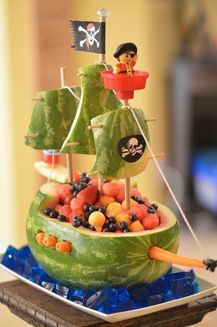 Cooles Piratenschiff aus Obst und Melone - Watermelon Pirate Ship Obst nett verpackt, toll fuer den Kindergeburtstag