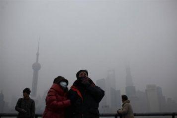 Con i suoi 20 milioni di abitanti è una delle città più grandi del Mondo. Simbolo di quell'occidentalizzazione che da decenni ha travolto anche la tradizionalista Cina. Ma ora, causa l'altissimo inquinamento, rischia di diventare una città fantasma. Una metropoli da sfollare. Parliamo di Shangai, città più popolosa della Cina. A rischio chiusura scuole, fabbriche e cantieri.