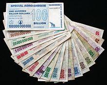 Zimbabwaanse dollarbiljetten met enorme bedragen door heel hoge inflatie