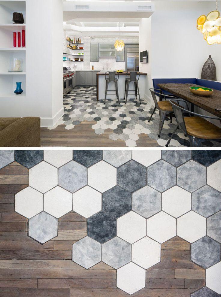 Em Nova York, este apartamento investiu na transição dos azulejos hexagonais para o piso de madeira separando os ambientes da cozinha e da sala.