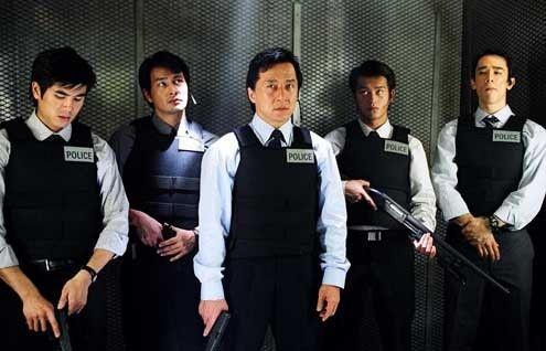 New Police Story  Un film che scava in profondità, nel marcio di una società spaccata in due, in cui una crepa insanabile si è aperta per separare generazioni ormai inevitabilmente divergenti. Quella dei padri e quella dei figli, quella della vecchia Hong Kong e quella di una regione acefala dal futuro incerto se non inquietante.  Guarda il film nella sezione Minerva Action di PrimoItalia.  Quando vuoi tu, dove vuoi tu.