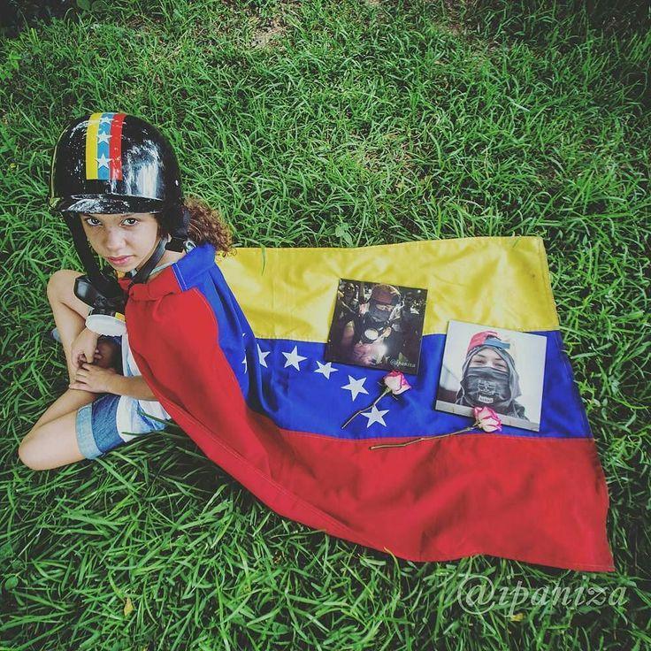 """Por @ipaniza -  Esta composición fotográfica no me pertecene. """"Me puedes tomar una foto sentada y que las fotos de mi hermano estén en la bandera y publicarlo en tú instagram """"  Paola fue todo un honor para mí.  Dios te bendiga princesa.  #Venezuela #ipaniza #9J - #regrann"""