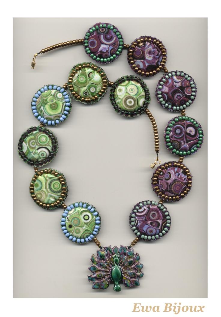 Collier avec pendentif en céramique et avec médaillons en tissu.