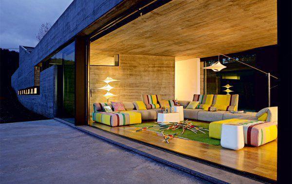 Design-uri de camere de zi confortabile cu canapele colorate