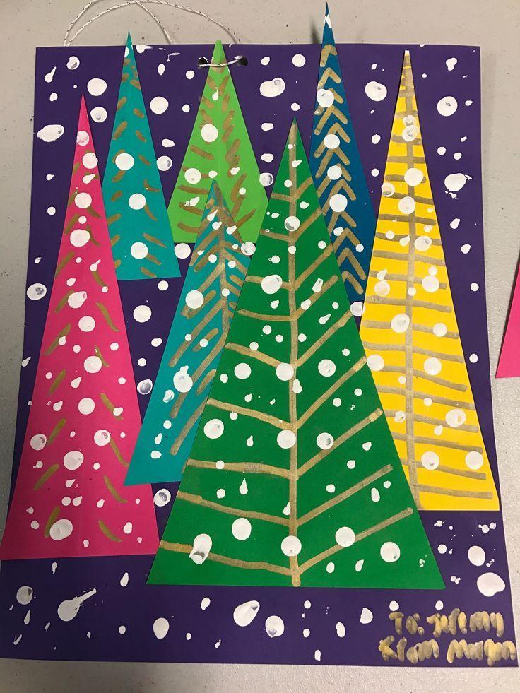 Blauer Hintergrund mit weißen Punkten und 6 dreieckigen Weihnachtsbäumen …  …