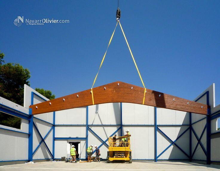 Izado de viga de madera laminar tipo flecha. Montaje de estructura principal de cubierta de grandes luces.  Mas información T: +34 687 03 15 65 e: info@navarrolivier.com w: https://navarrolivier.com/ f: @CarpinteriaNavarrOlivier  #madera #montaje #izado #viga #estructura #cubierta #laminar #portico #cercha #construccion #arquitectura #ingenieria #grandesLuces #Murcia