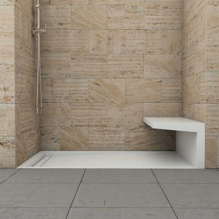 Wandverkleidung der Dusche mit Kalkstein und Sitzbank