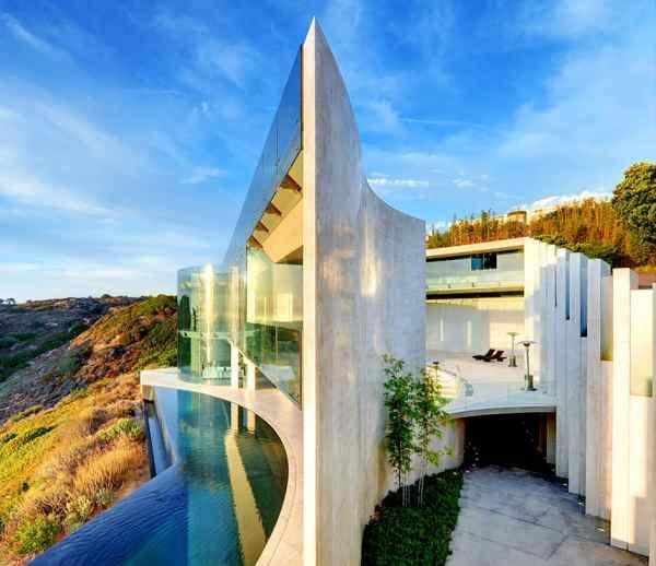De acteur Tony Stark bekend om zijn rol als superheld in de film Iron Man, heeft besloten zijn luxueuze moderne villa in Californië (1.000m2) te verkopen.