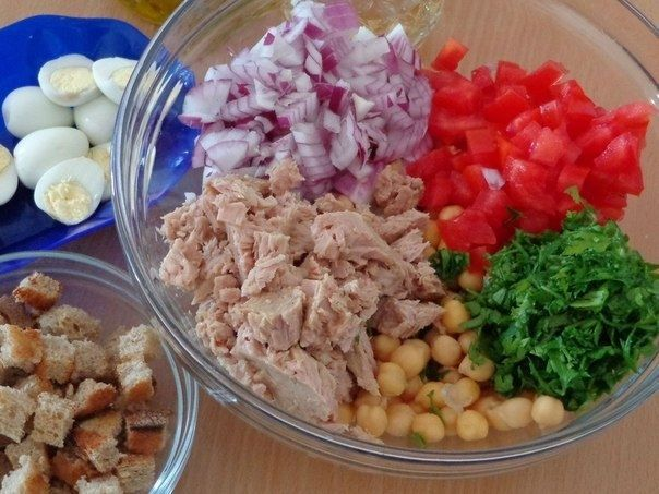 Салат из помидоров с тунцом