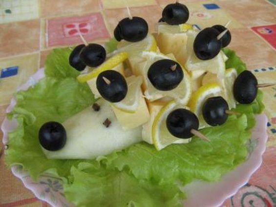 """Как приготовить оригинальные канапе на шпажках в виде ежика с лимоном и оливками, под коньяк и мартини: рецепт с фото. Готовится такой """"Ежик"""" очень просто, а гости будут в восторге от такой оригинальной подачи!"""