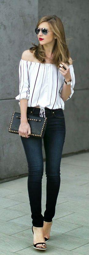 La combo off-the-shoulder top con skinny jeans es perfecta. El top disimula pancita o llantitas, mientras que los jeans (oscuros de preferencia) definen muy bien tus piernas y caderas.