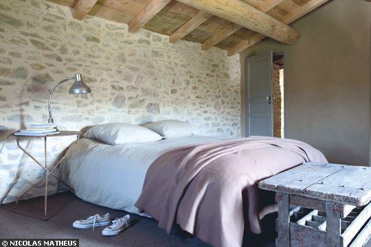 Poutres apparentes + mur en pierres = charme assuré - Chambre avec poutres apparentes - CôtéMaison.fr