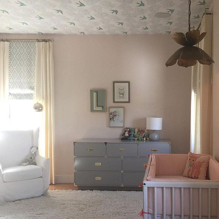Daydream ceiling and soft, sweet color palette in this beautiful nursery (via @beachbungalow8)