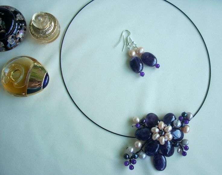 """Cercei şi pandandiv """"Crâmpeie de suflet"""" din colecţia de ametist """" Flori de piatră Bijoux- Didina Sava.Pandantivul este făcut din petale de ametist, mărgele de jad, perle de cultură gri, ivoire şi negre, sârmă modelatoare neoxidabilă, pe un suport de oţel siliconat.  De vânzare"""
