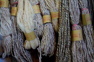 Tessitura a mano di assunta perilli: Lana abruzzese filata a mano. La Fonte della tessitura. Campotosto (AQ)