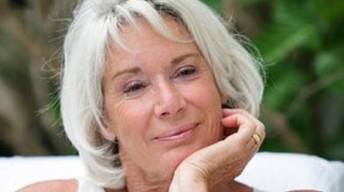 Vous cherchez une astuce afin d'entretenir naturellement la couleur de vos cheveux blancs ? Il est vrai que les produits vendus en magasin sont chers et pleins de produits chimiques. Vous allez ê