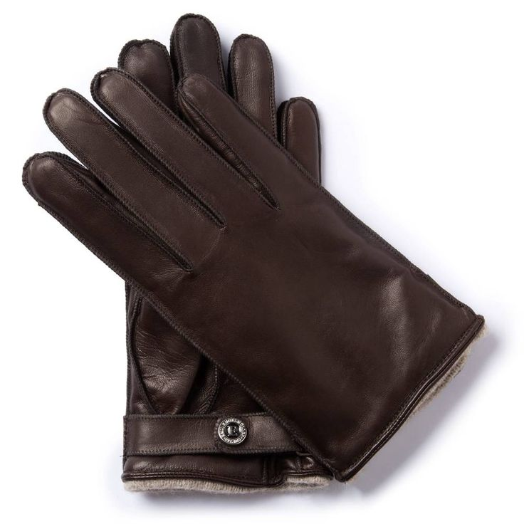 N.M.50 TWOWHEELER COLLECTION One of the most iconic motorcycles in history, the Norton Manx 1950, is commemorated by equally striking gloves. Their style harks back to the 1930s, when this robust-looking design was popular among motorcycle and car drivers. The cashmere lining makes them very pleasant to wear, and the leather-coloured thread on the finger seams makes for an interesting detail. The distinctive strap on the palm side makes them easy to tighten.