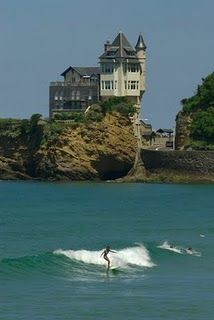 How is the background scenery ..wud love to surf here..Biarritz.