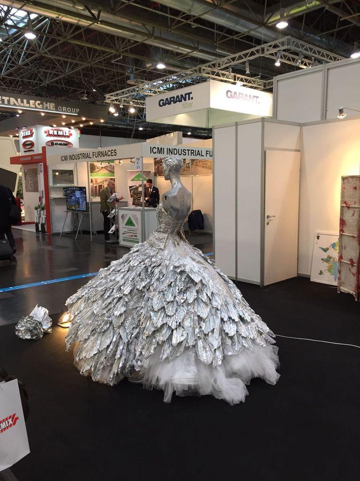 ¡Este vestido hecho con aluminio y cristales de Swarovski es ideal para cualquier fiesta!