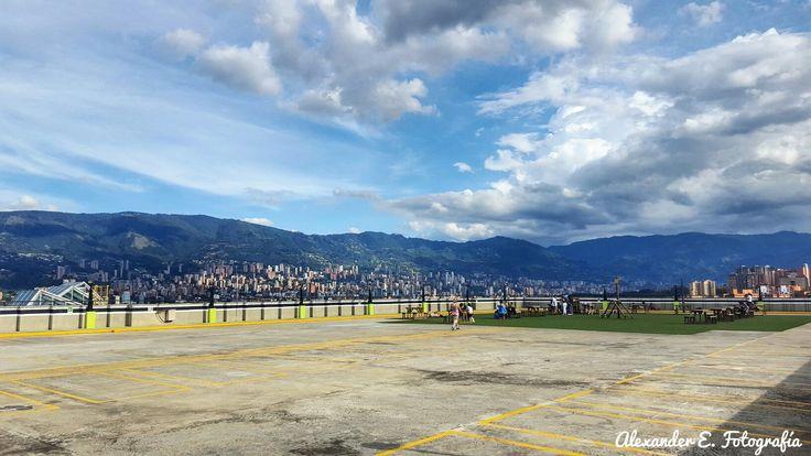 Desde el último piso del centro comercial los molinos en Medellín linda panorámica hacia el occidente de la ciudad _ montaña panoramic
