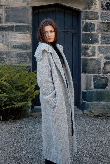 Вязаное женское длинное пальто спицами Fate с описанием из книги Enchanted. Модель женского вязанного спицами пальто от дизайнера Ким Харгривз длиной в пол и широким отложным воротником шалькой.