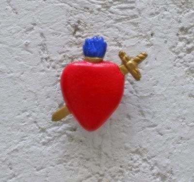 Broche corazón con espada. Disponible en: www.conspiradoras.bigcartel.com