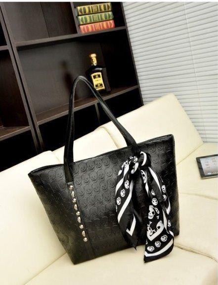 20309 Black Skull Tinggi : 30cm Lebar : 33cm Tebal : 10cm Cara Buka : Resleting Tali Panjang : Tidak Ada Bahan : PU 600 gram 138.000 #fashion #bag #tas