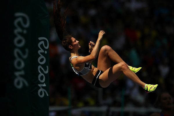 Eliza McCartney Photos Photos - Eliza Mccartney of New Zealand competes during the Women's Pole Vault Qualifying Round - Group A on Day 11 of the Rio 2016 Olympic Games at the Olympic Stadium on August 16, 2016 in Rio de Janeiro, Brazil. - Athletics - Olympics: Day 11
