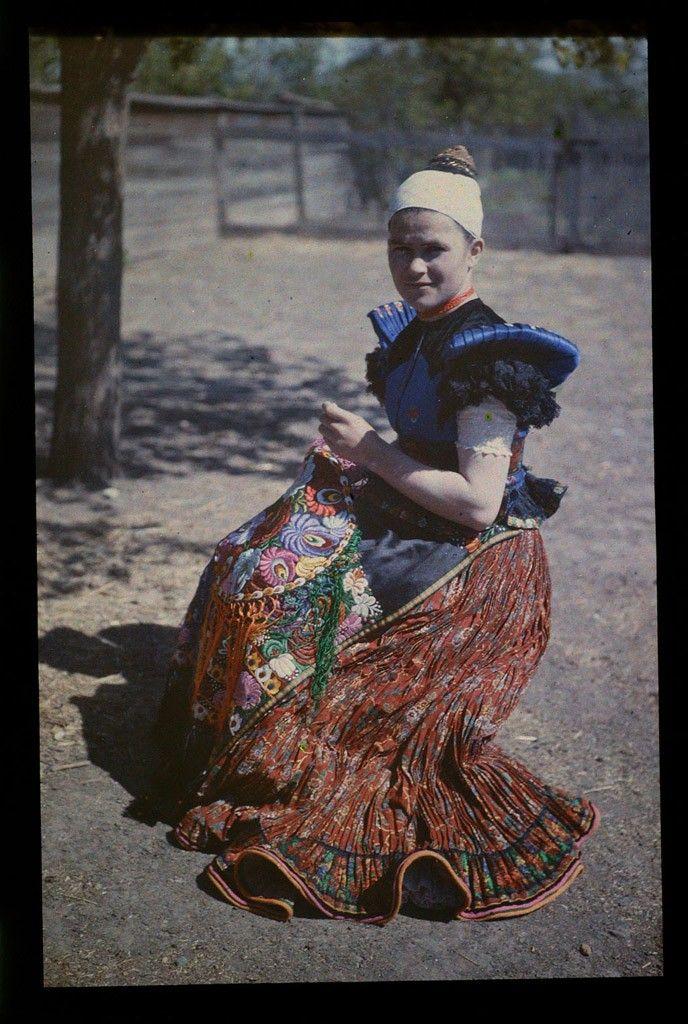 Matyó hímző asszony Hungary, 1928 Fotó: Gönyei Sándor (Forrás: Néprajzi Múzeum)