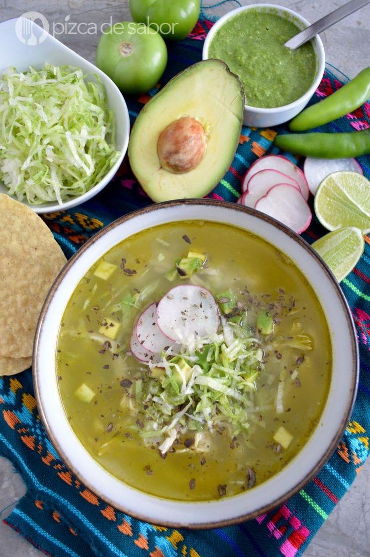 Aprende a preparar un delicioso pozole verde de pollo con esta receta fácil. Una deliciosa opción saludable y con video paso a paso, ¡te va a encantar!
